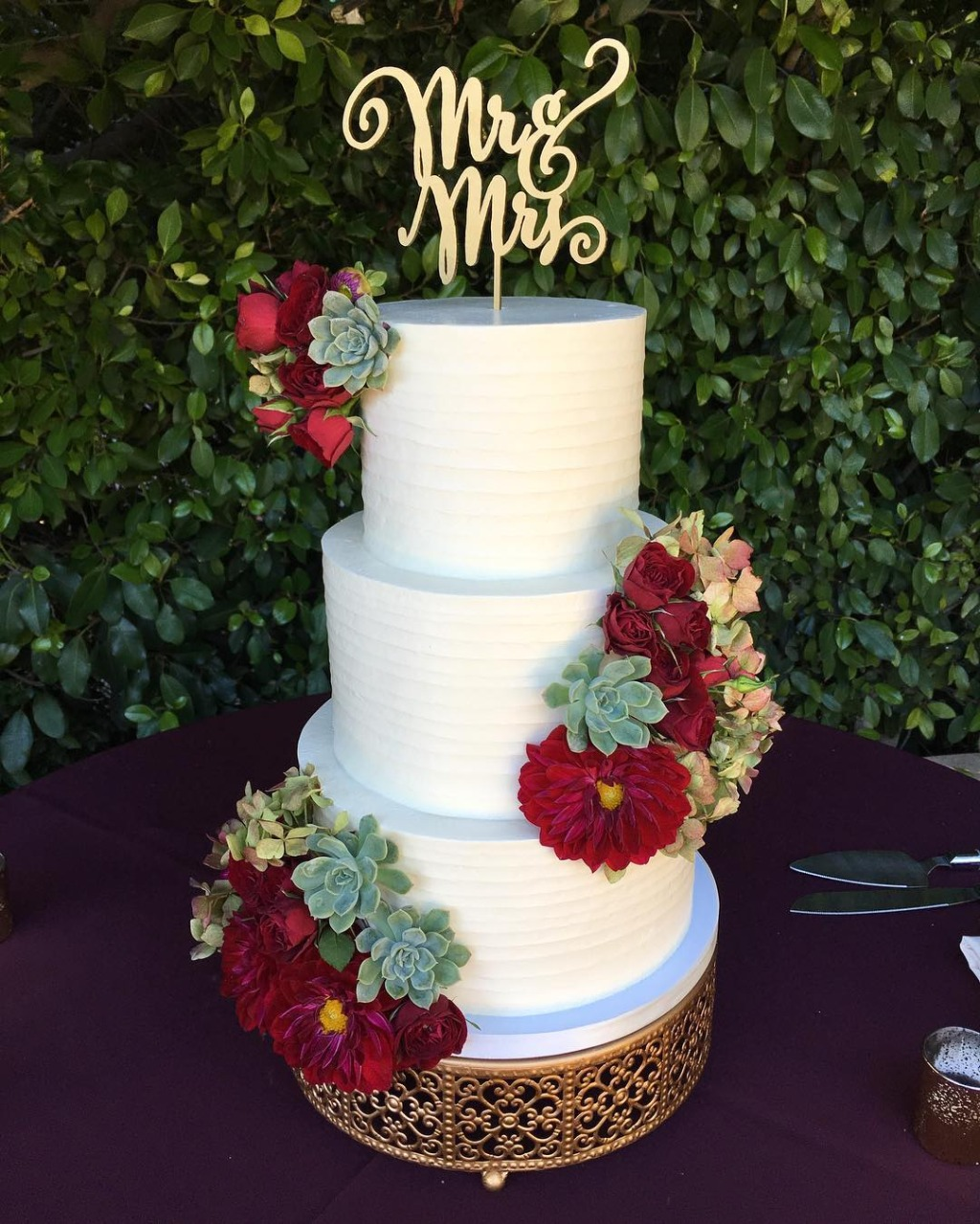 Wedding Vendor LOVE...Gorgeous Wedding Flowers by @yamaguchisn / Wedding Cake by @frostitcakery / Wedding Cake Stand by @opulenttreasures