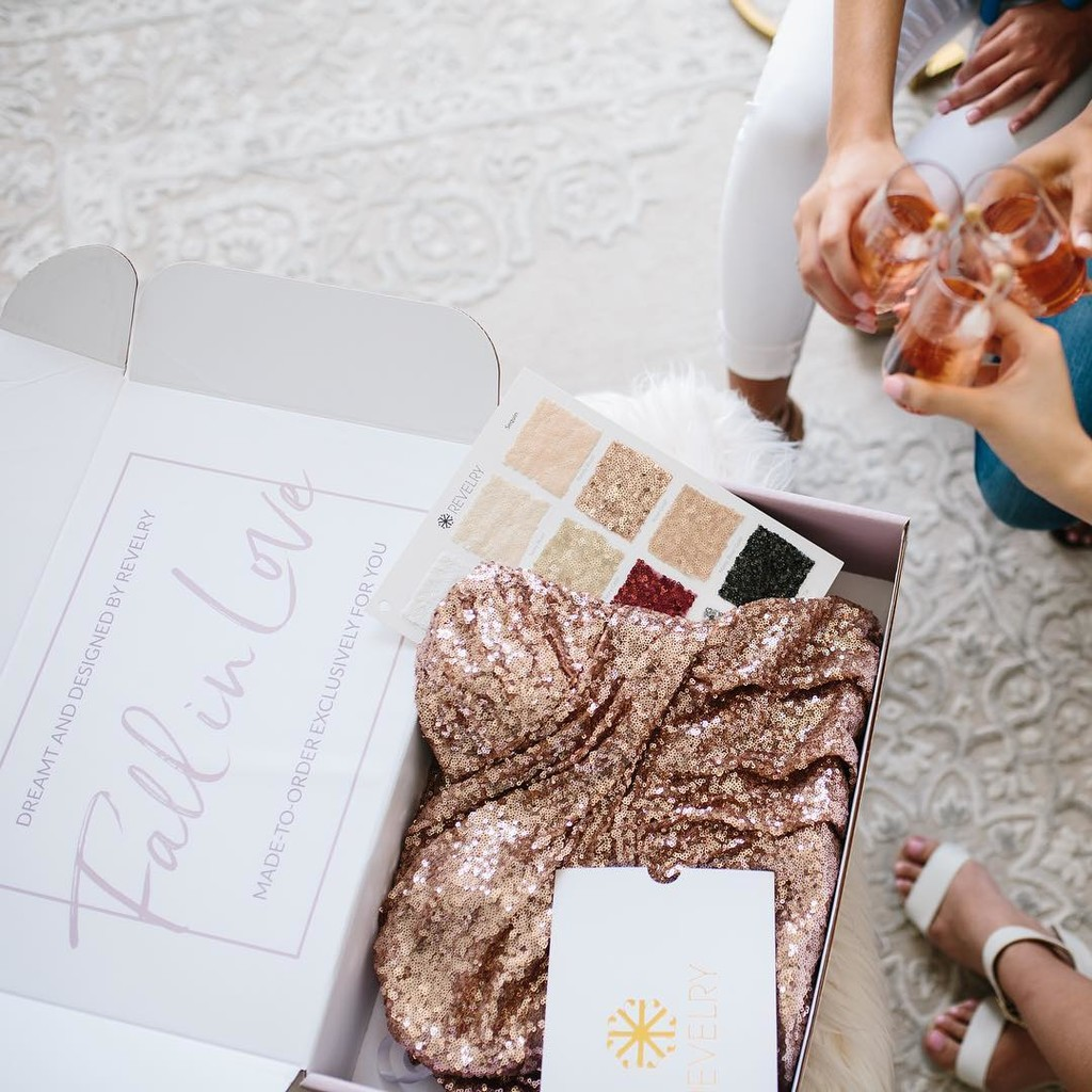 The secret to happy bridesmaids? Sample boxes & an endless supply of bubbles.🍾