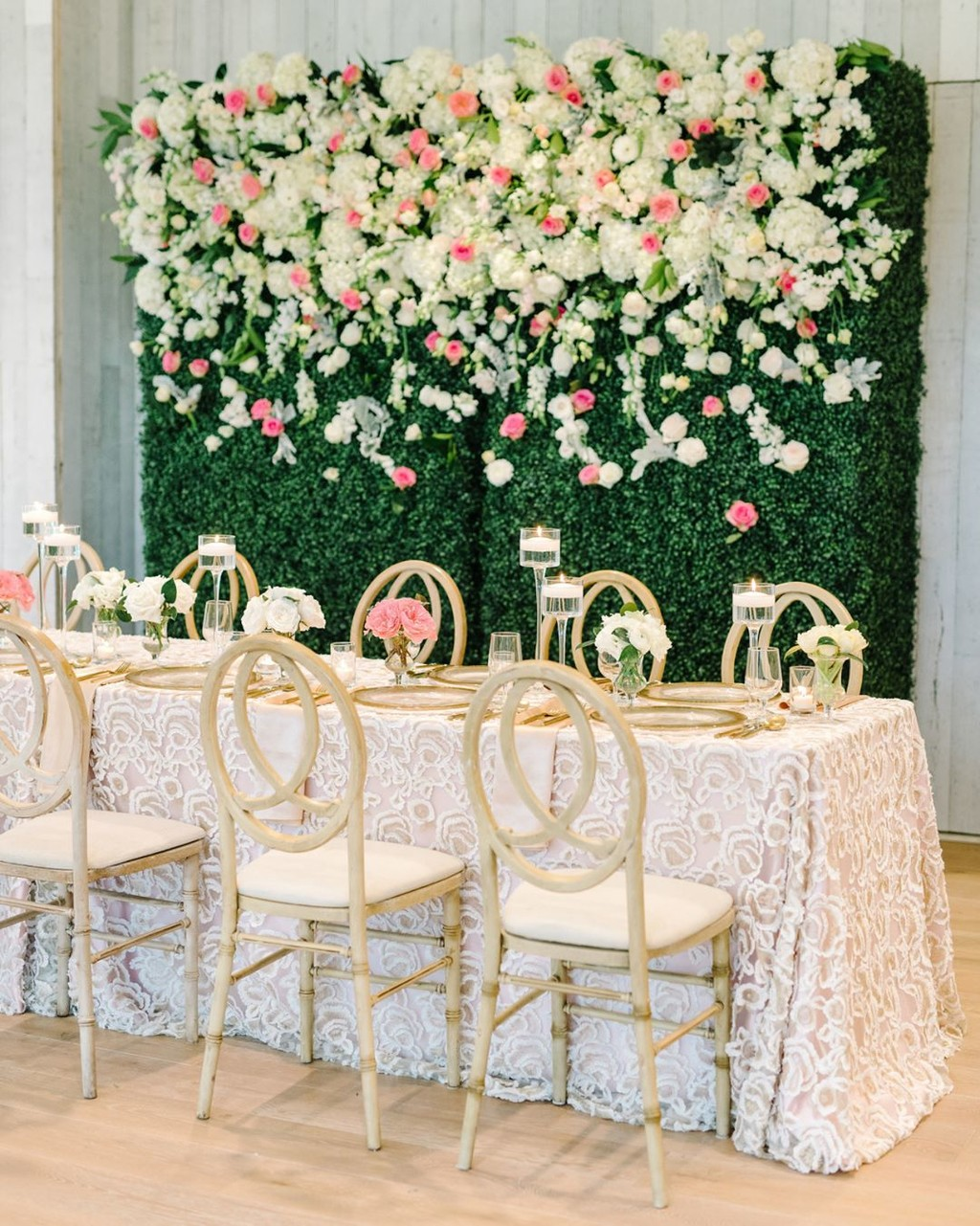 Flower walls are the perfect backdrop and this one was no exception! 📷