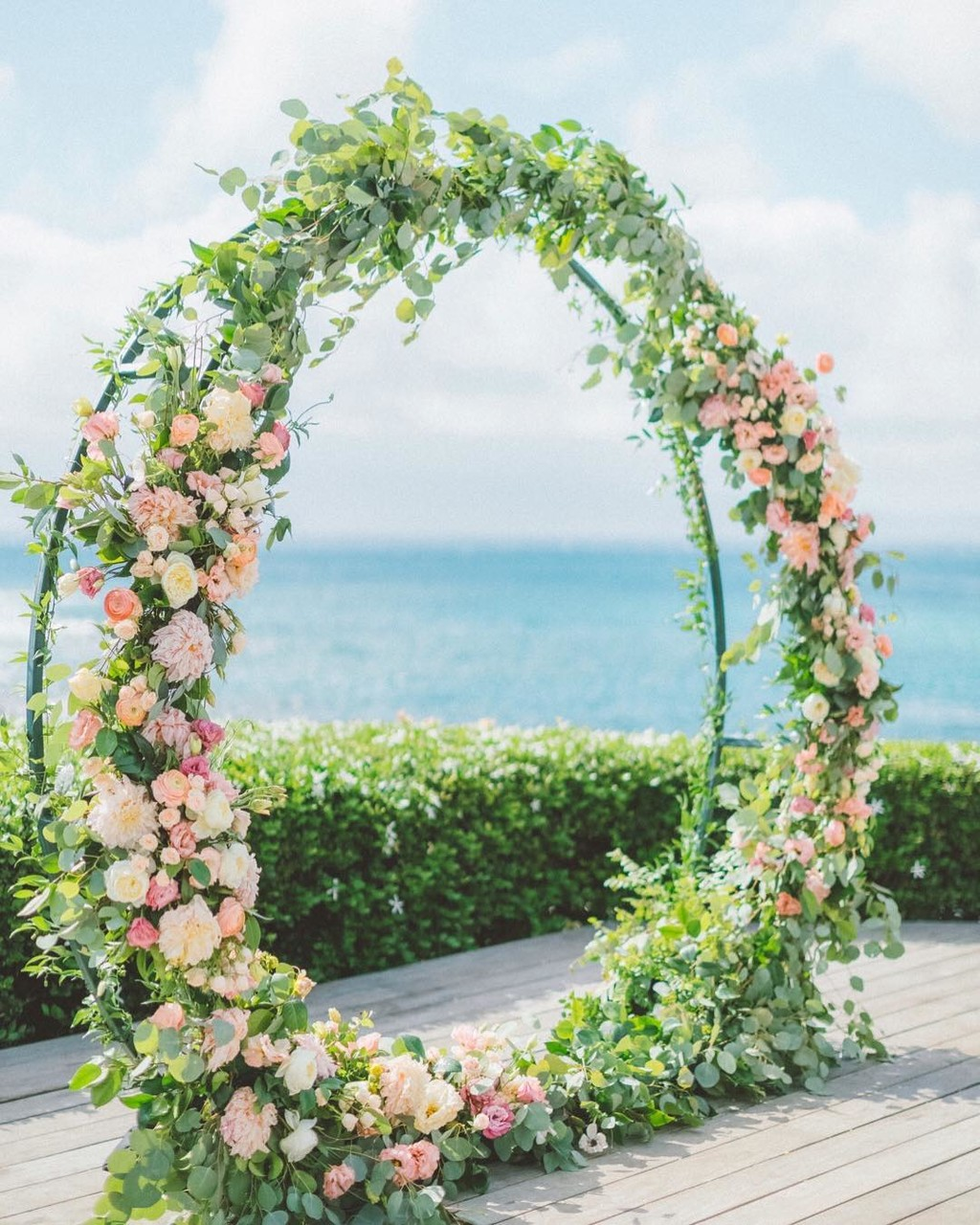 One of the prettiest and epic romantic ceremony arches I've ever seen 😍 .