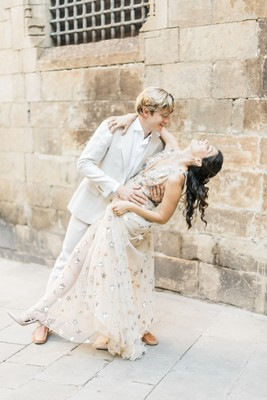 Engagement Photo Ideas In The Streets Of Barcelona