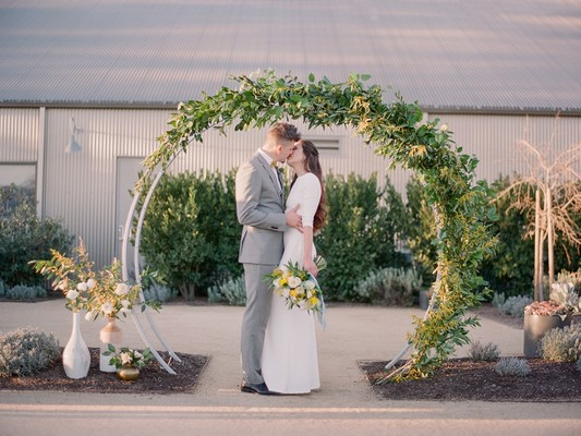 How To Have A Minimalist Mid-Century Modern Wedding
