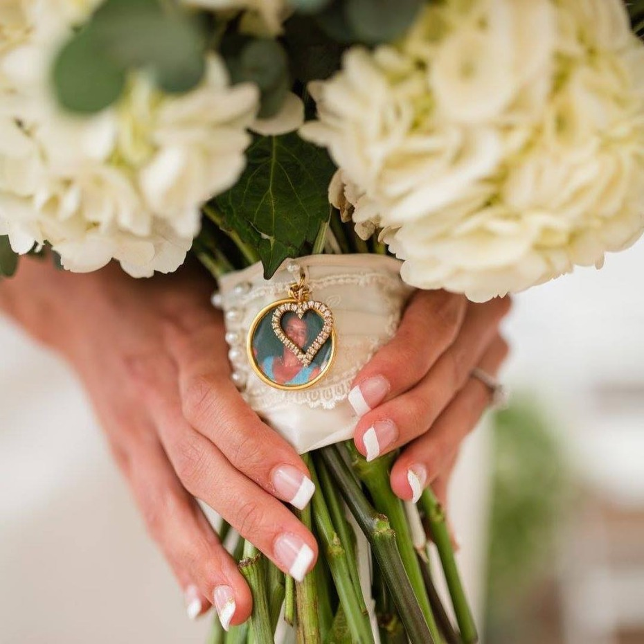 Wrapping a wedding bouquet with a photo of your lost loved one