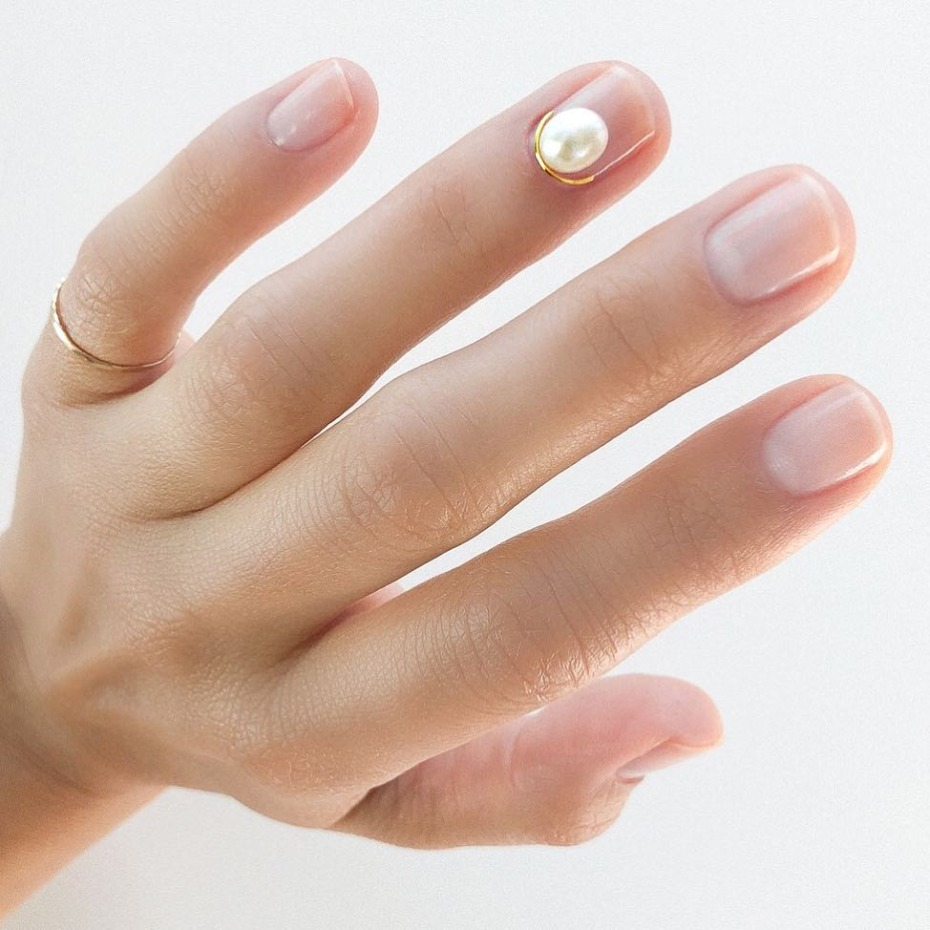 modern-french-mani_pearl-accent
