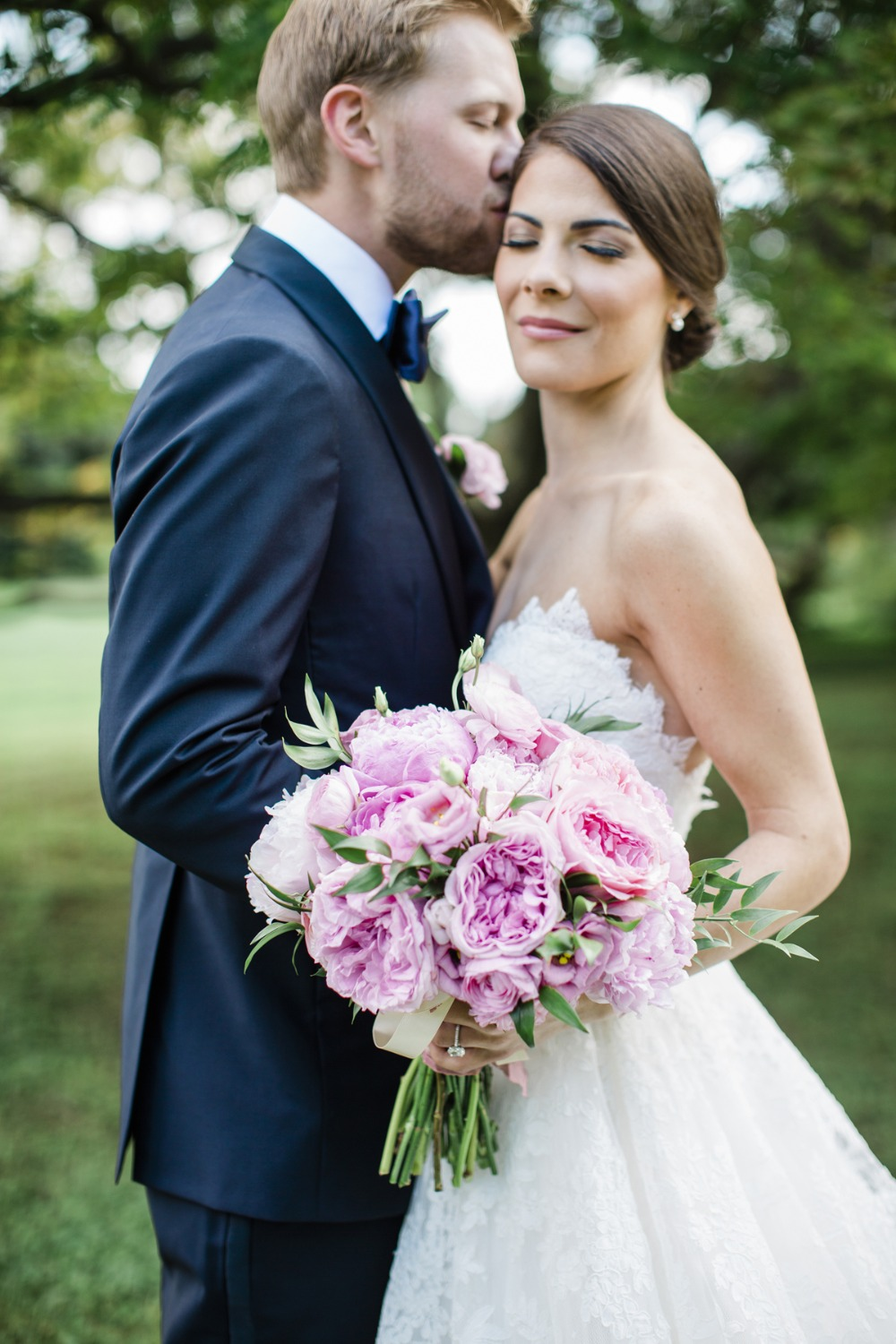 pink wedding bouquet and wedding kiss