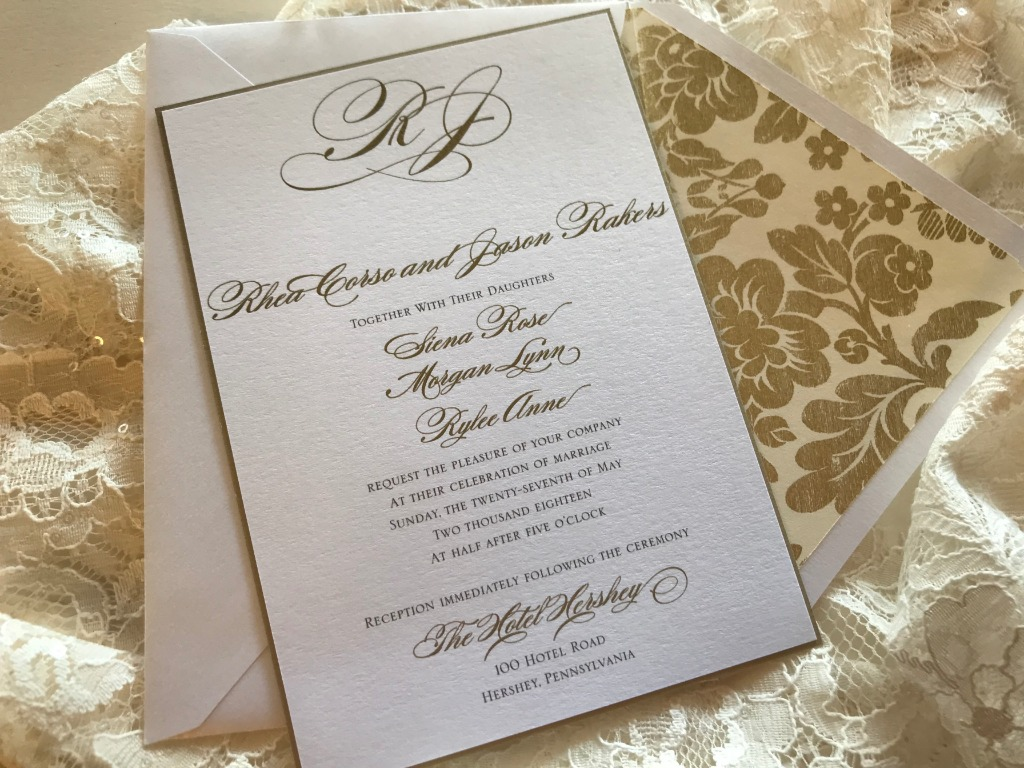 Hello, beautiful! A gorgeous envelope liner makes for the perfect invitation suite.