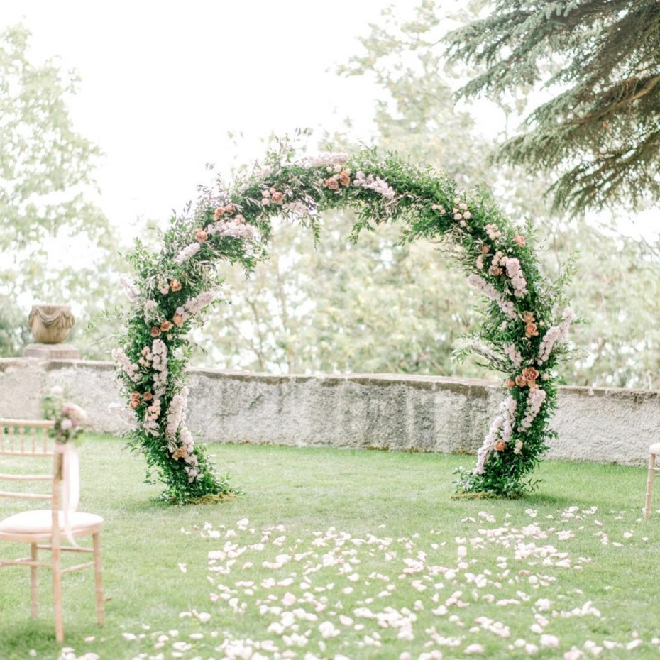 Outdoor floral circle ceremony inspiration - @loukiaarapian