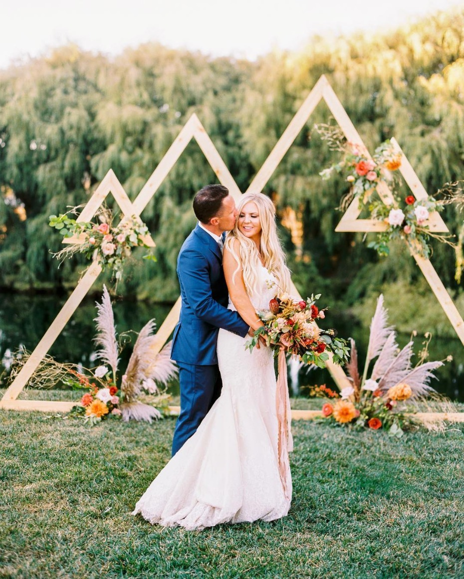 Outdoor triangle ceremony inspiration - @tlfloraltruck