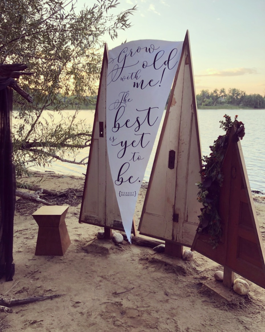Lakeside ceremony backdrop inspiration - @moodyblueevents