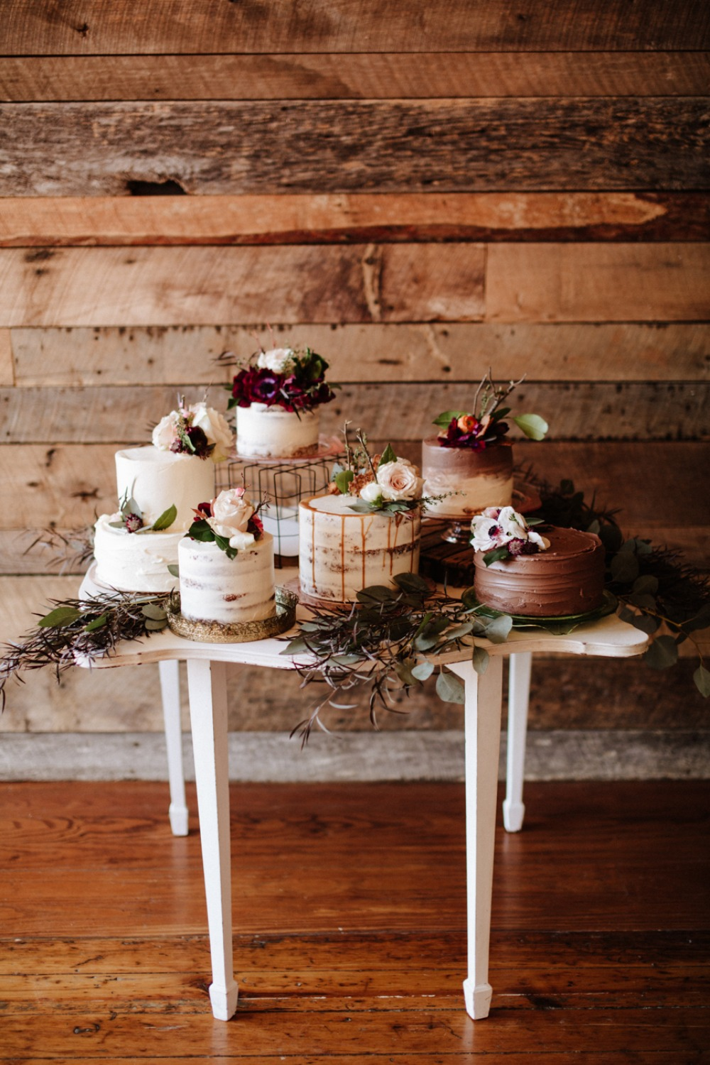 Six wedding cakes are better than one