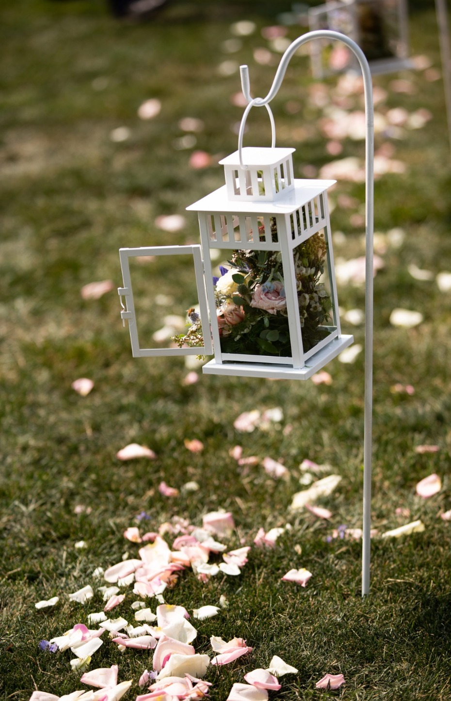flower petal and flower lantern aisle decor