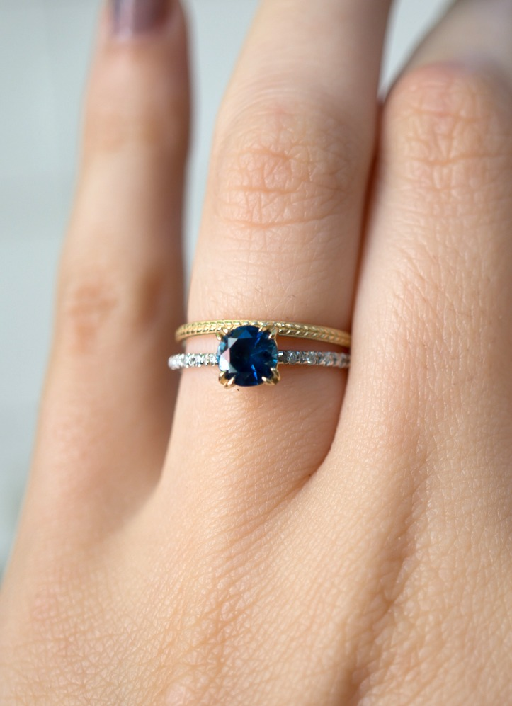 This two tone ring design harmoniously 'marries' white and yellow gold, complementing the beautiful deep blue color of the Montana