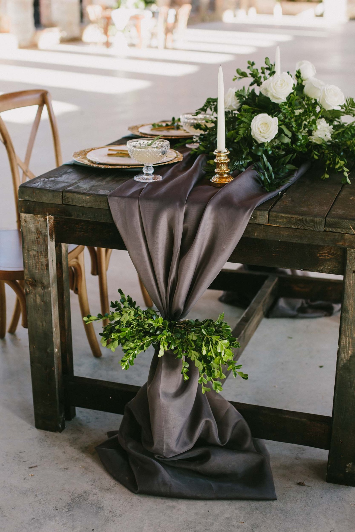 charcoal grey and gold sweetheart table