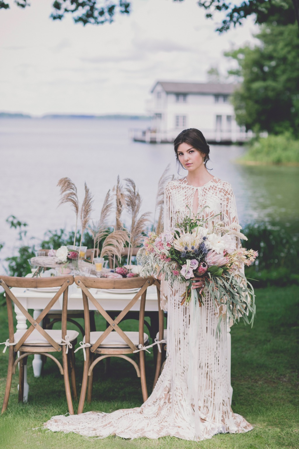 When you hear the term dream wedding, this bridal look and table setting certainly fits the bill! All the elements of nature that