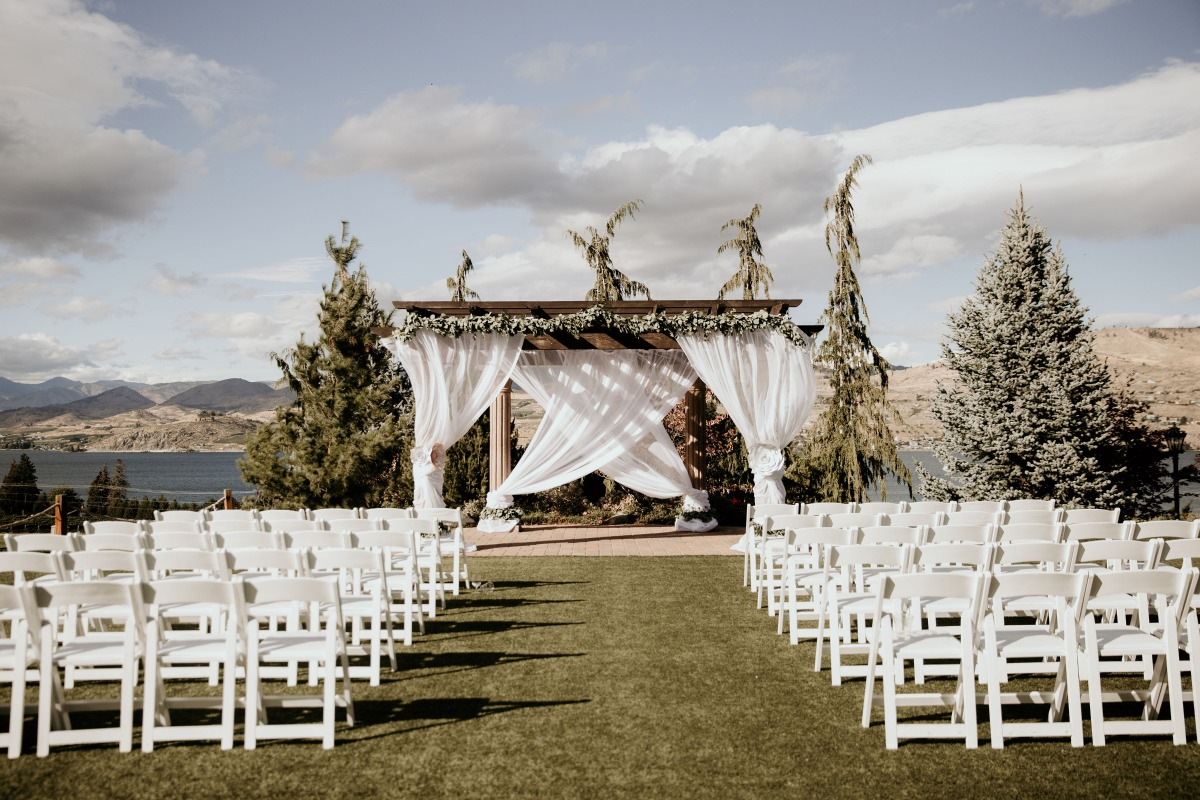 outdoor ceremony at Tsillan Cellars