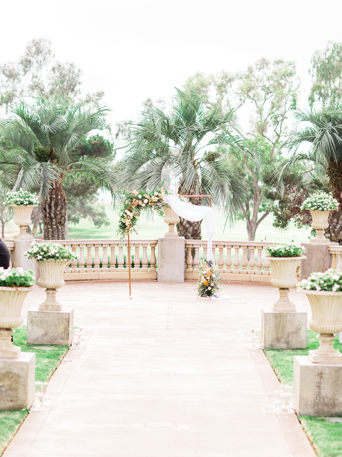 Copper ceremony backdrop with florals