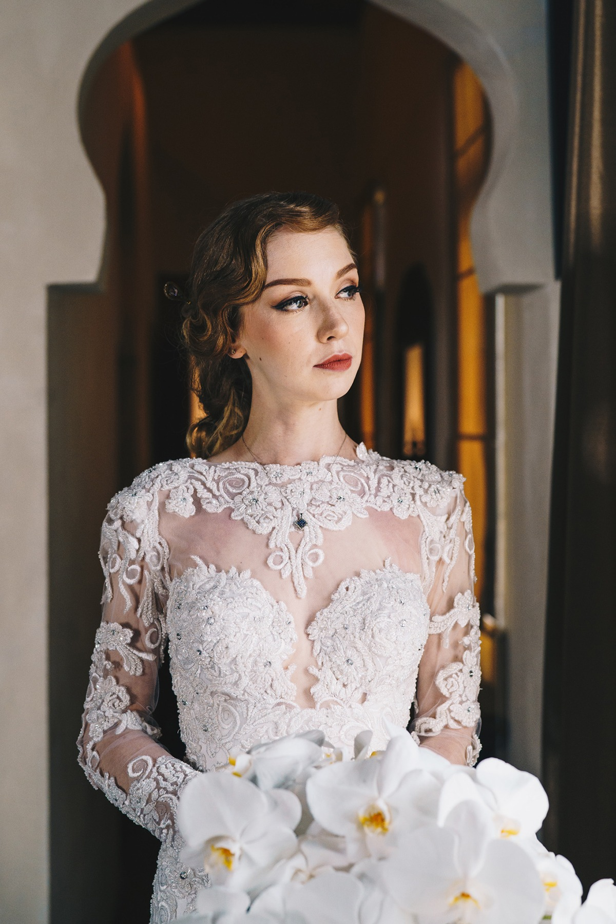 Glam bride in lace