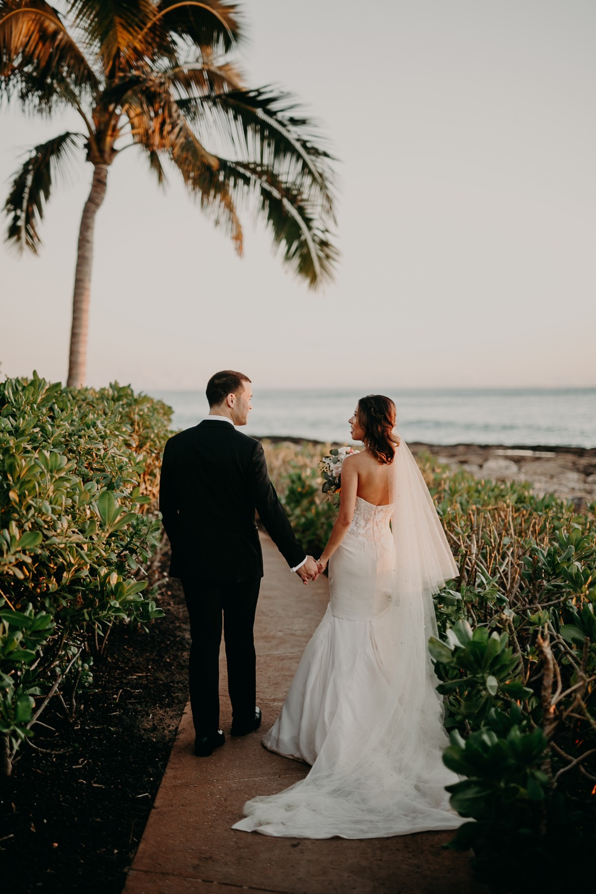 hawaii wedding couple