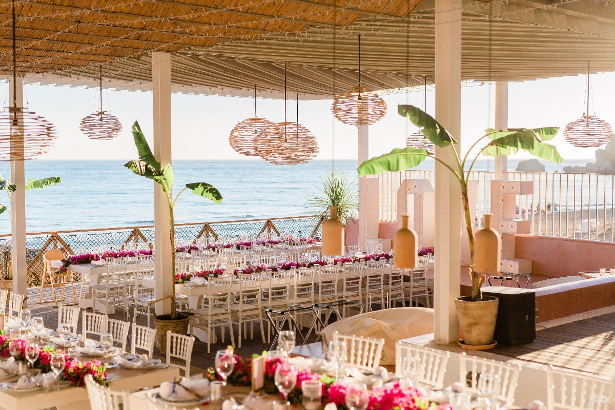 Chic seaside reception in Greece