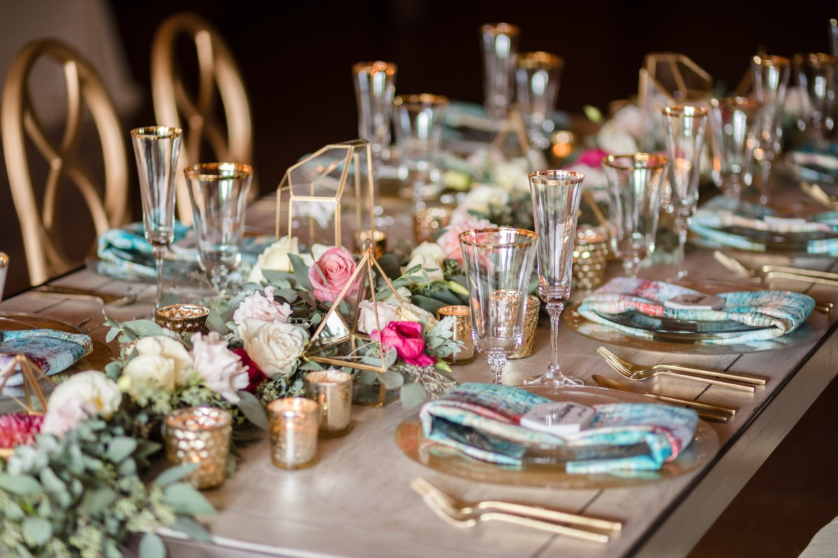 gold blue and pink wedding table decor