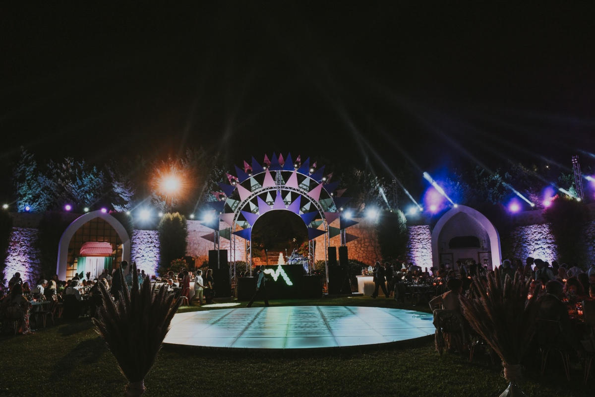 dramatic lighting for your outdoor wedding