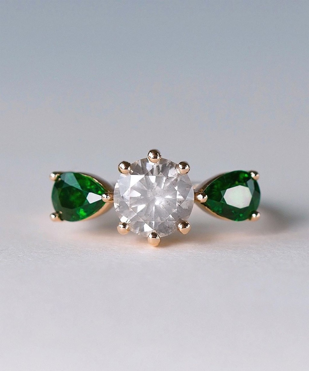 Minimal, modern, and with just a touch of magic 💙🌀💫 This Post-consumer vintage diamond and Tsavorite ring glows with an almost