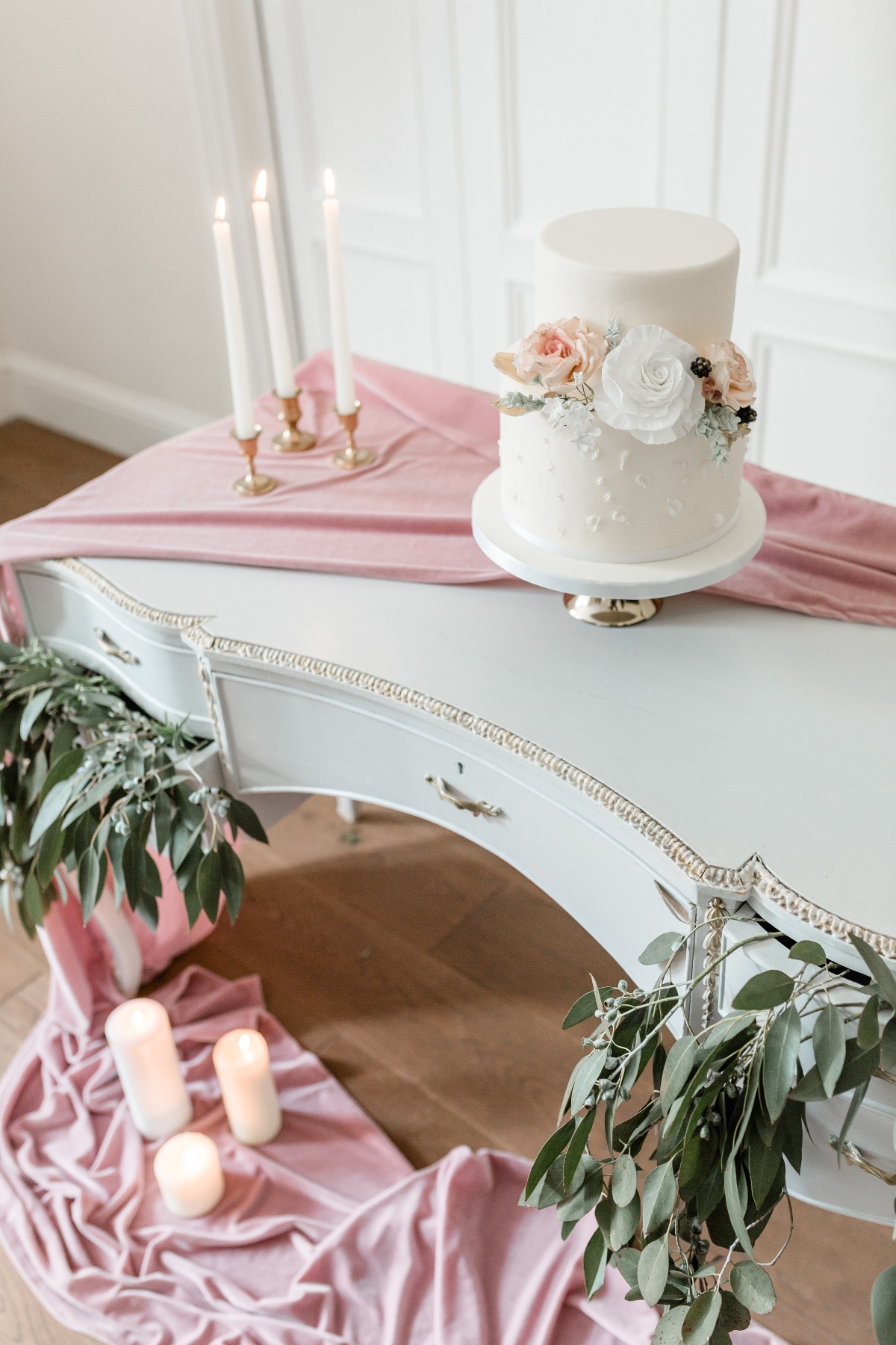 Chic wedding cake table