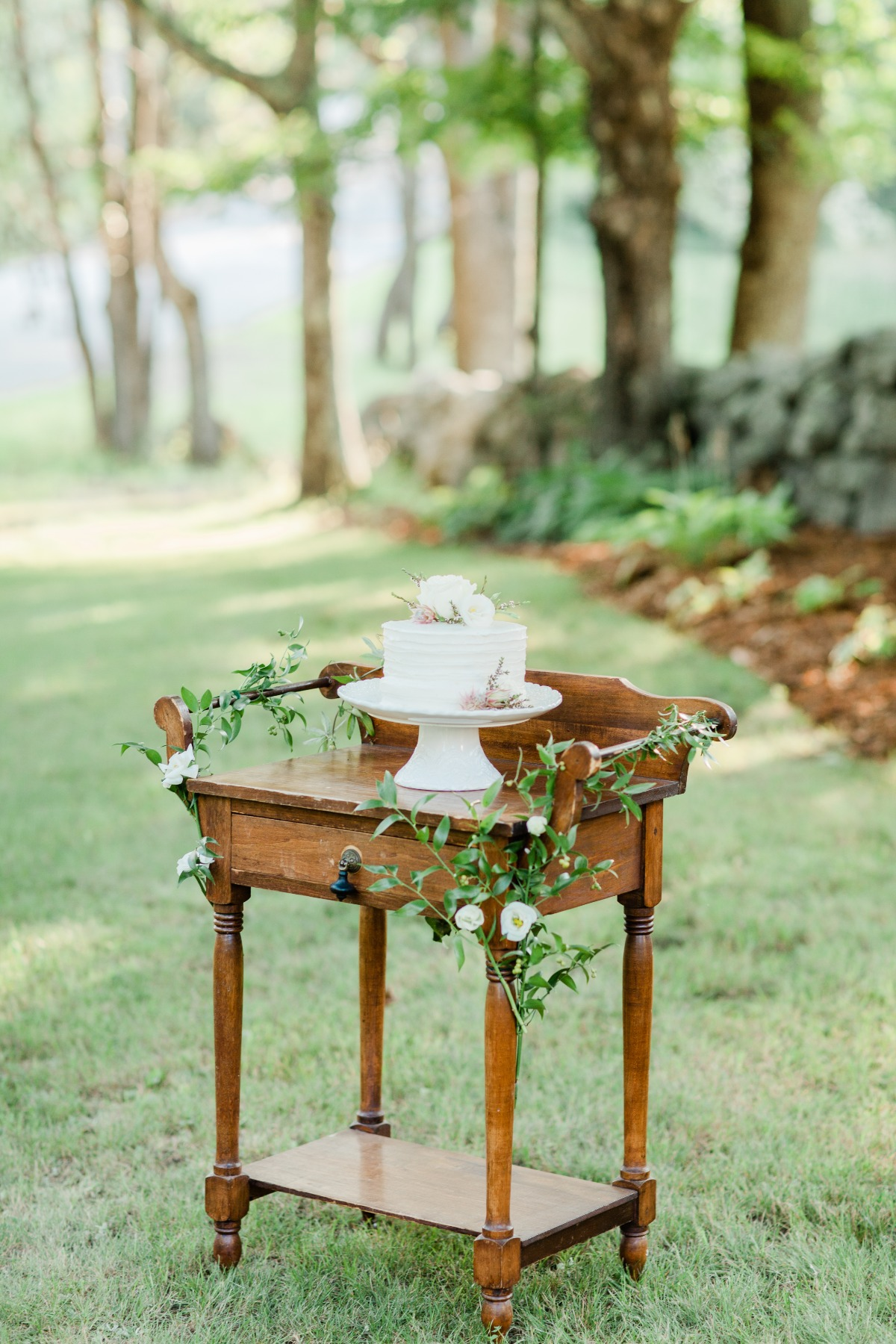 simple wedding cake table idea