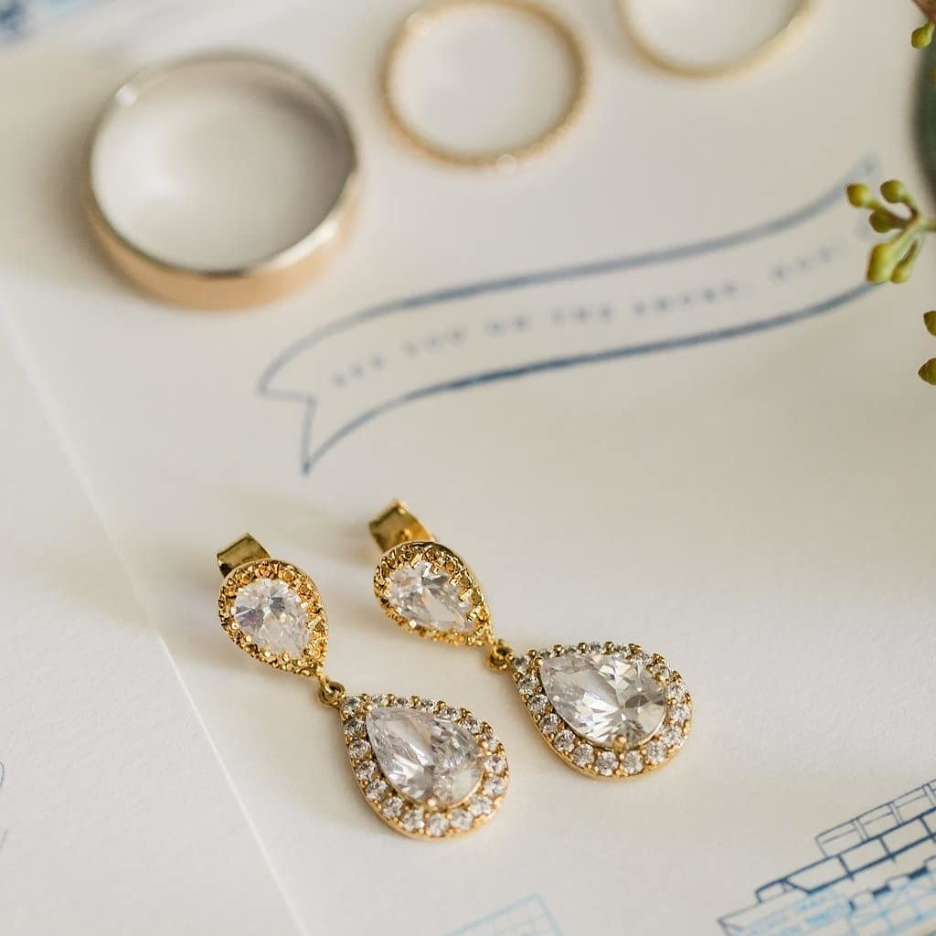 Classic earrings for a classic wedding 💖 .