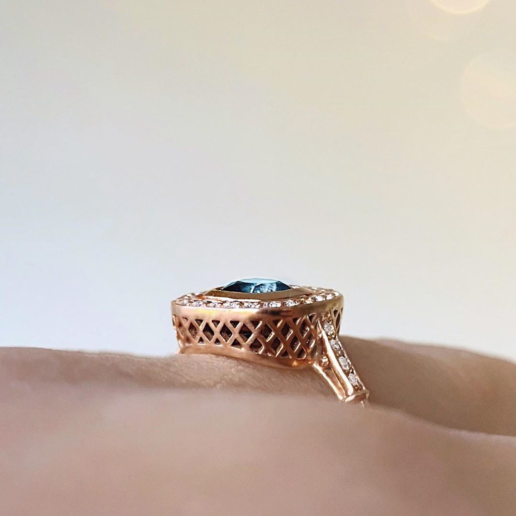 Carefully sculpted recycled rose gold details surround this one of a kind stunning Australian Sapphire Ring💚💙💚