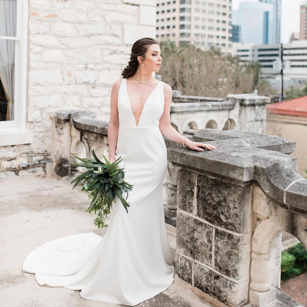 When city chic meets classical beauty, the Lyra Bridal Gown is born.👰