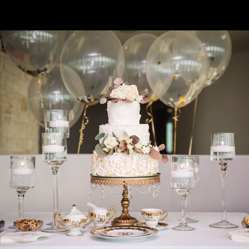 Wedding Cake Table Ideas~~ cake by @mishellehandycakes // chandelier cake stand by @opulenttreasures