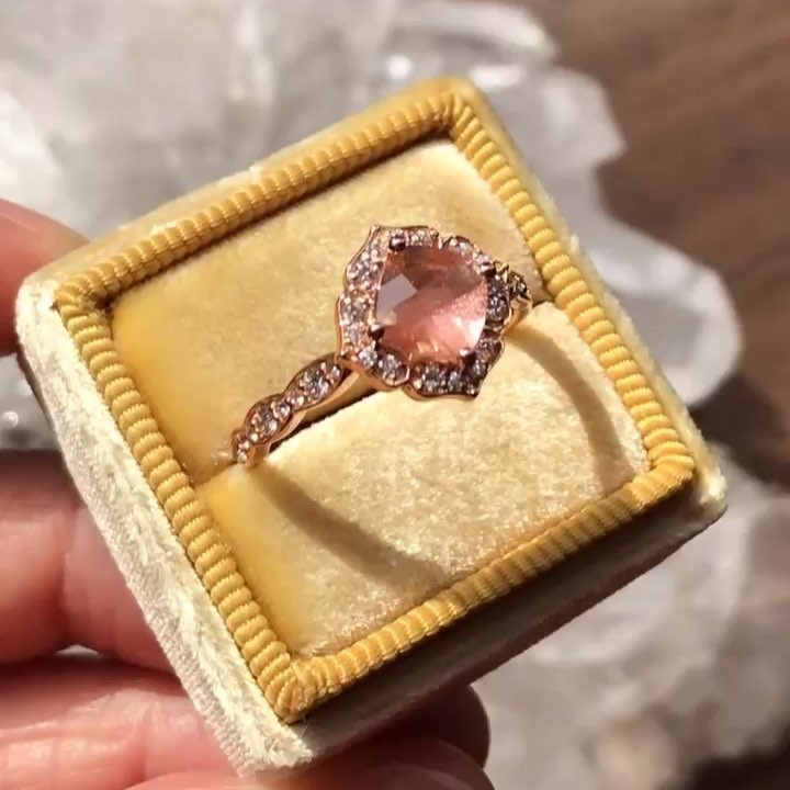 We've caught all the hues of a sunset in this Oregon Sunstone set in our vintage floral ring 🌅 Can't stop thinking about it