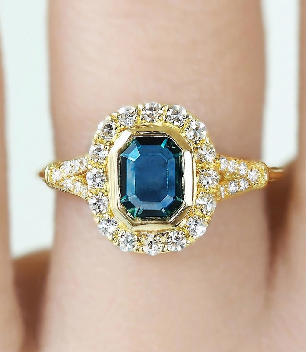 ✨Montana Sapphire Mania for this glistening oh so low-profile portrait cut diamond frame ring 💙✨💫