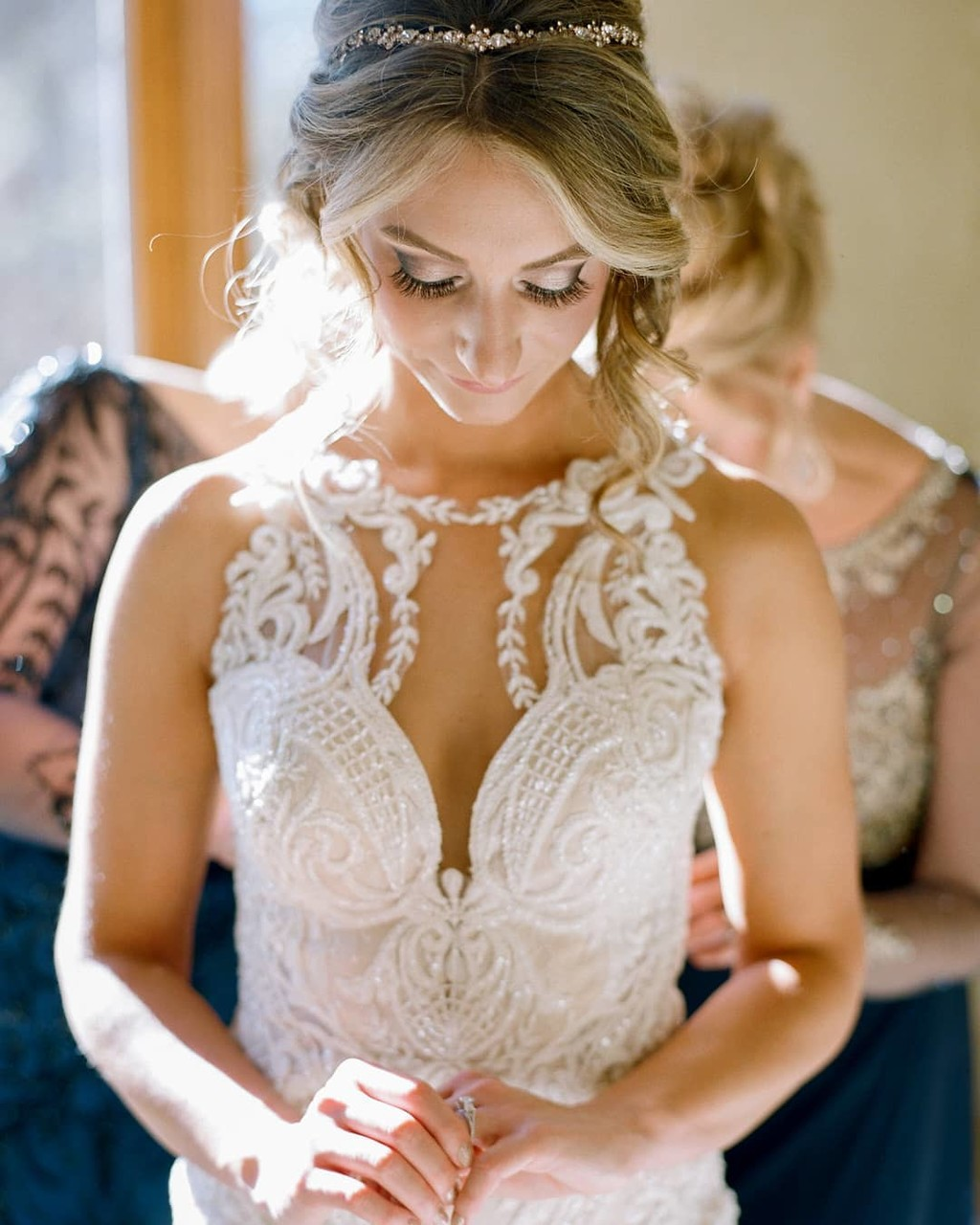Love moments like this - a bride admiring her engagement ring moments before walking down the aisle 💕 Did you know that different