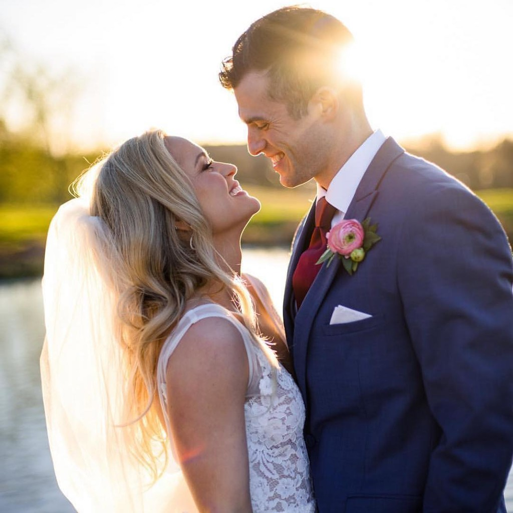 We are still in love with this March wedding from last year! Happy Anniversary you two love birds! 💕💕