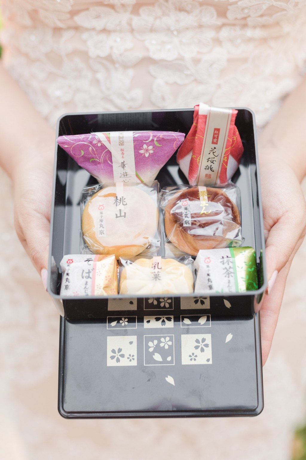 Looking for a special treat for your guests to take home? These favor boxes were inspired by traditional Japanese wagashi, and any