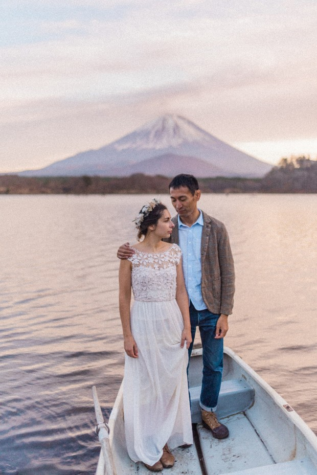 fall wedding couple photo idea with Mount Fuji in the background