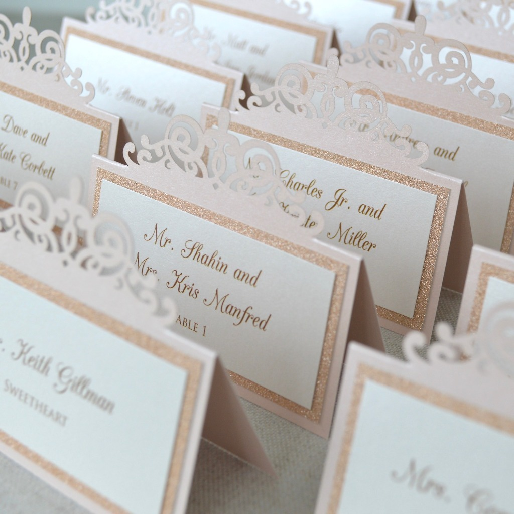 These blush and rose gold place cards with laser cut detailing on top seriously looks like a crown! Perfect for a wedding, quince or