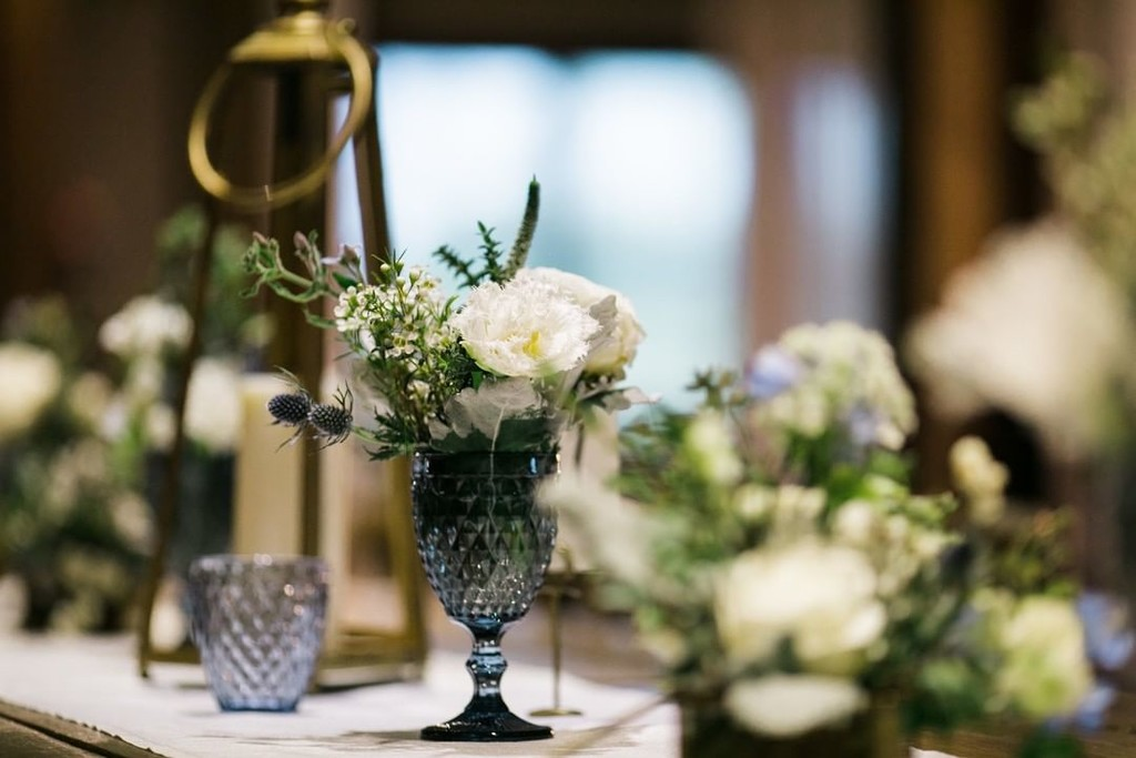 You can never go wrong with a little something blue in your wedding decor 💙