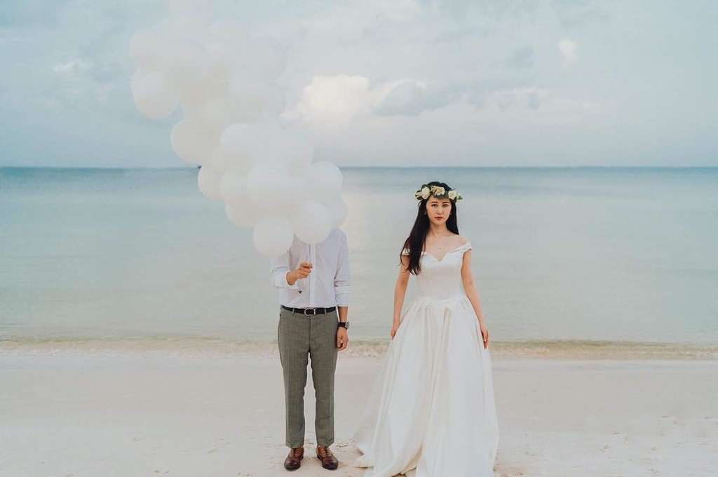 This intimate beach wedding is now on our blog, link in our bio. Click click click to see the full wedding NOW !!!