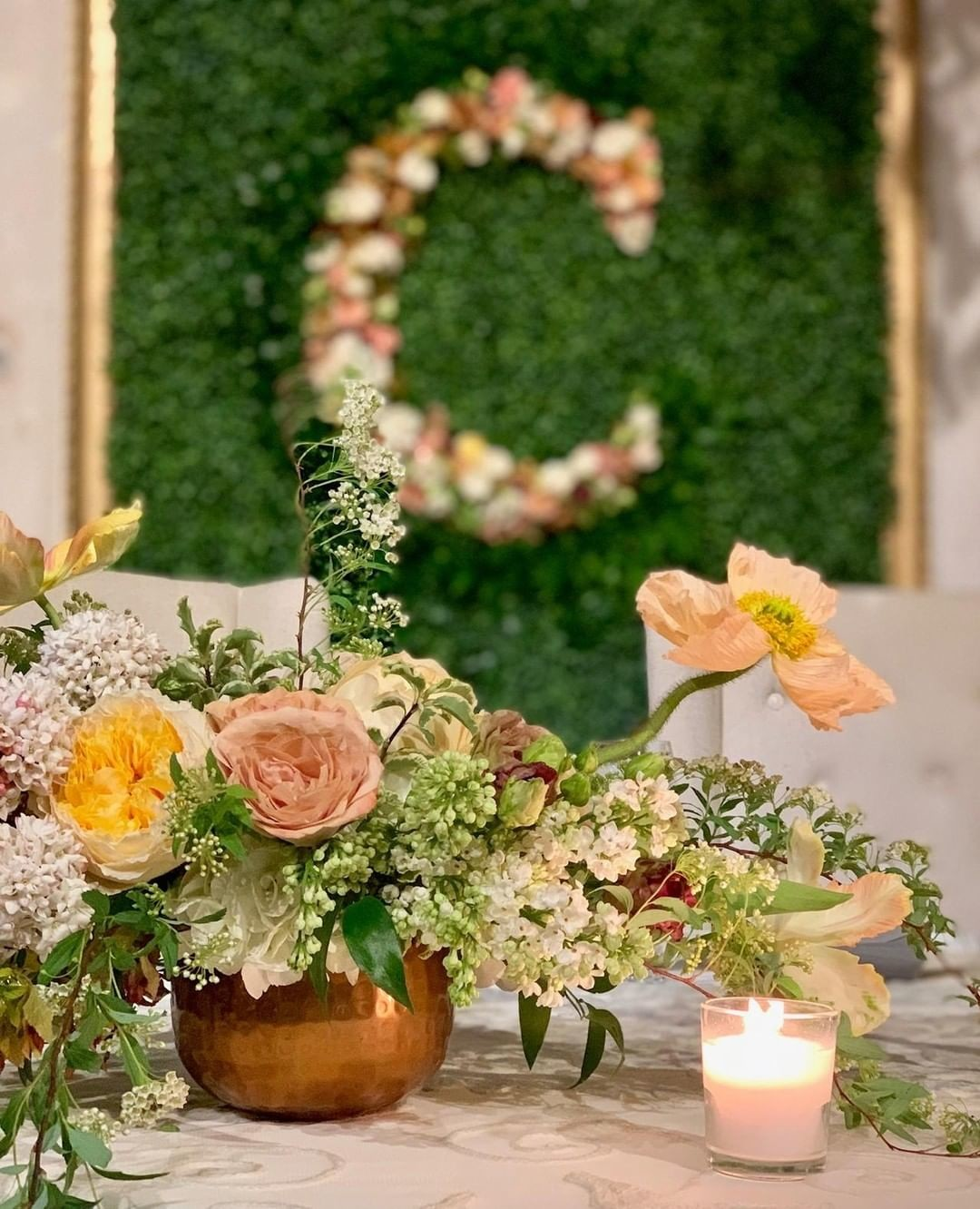We are still in love with the colors from this early April wedding a couple weekends ago! 😍⁣