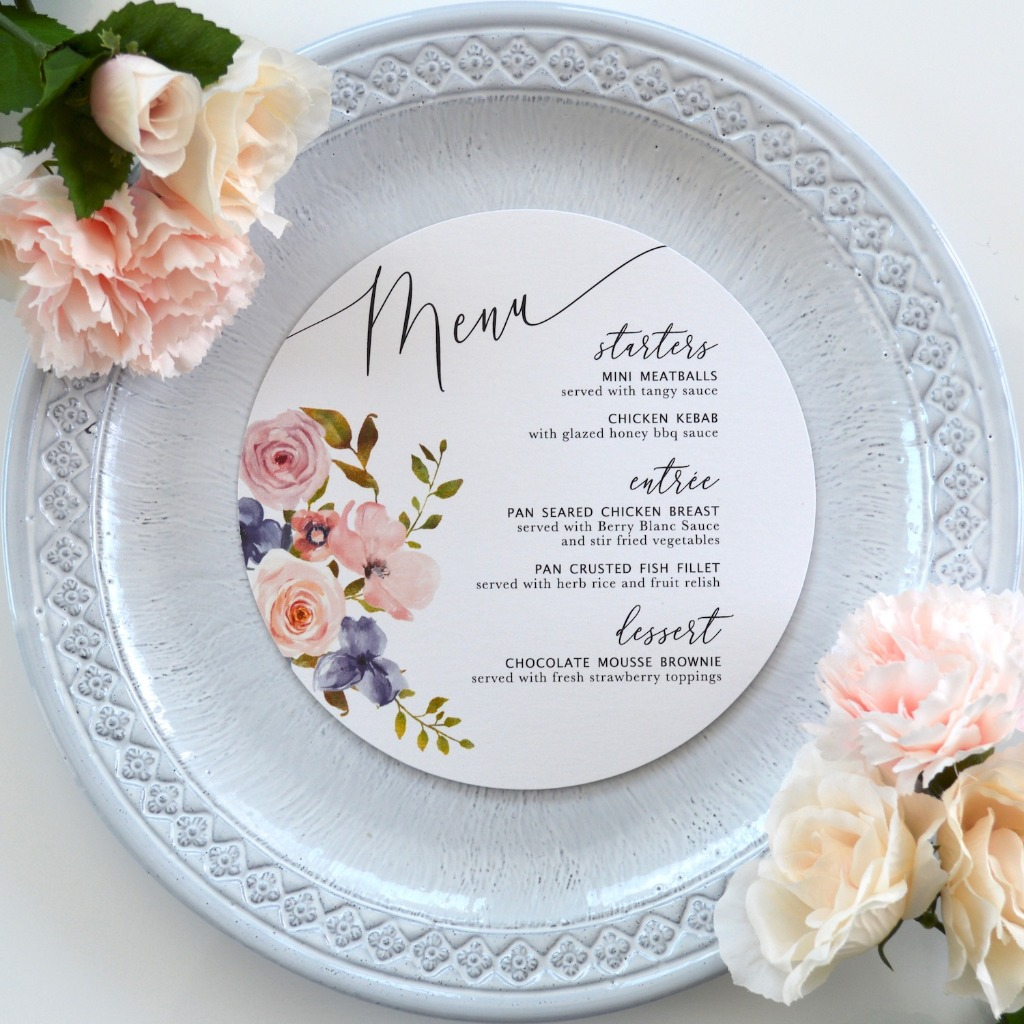 Elevate your table setting with these unique round menus, customized to fit your chic wedding style. ⁣