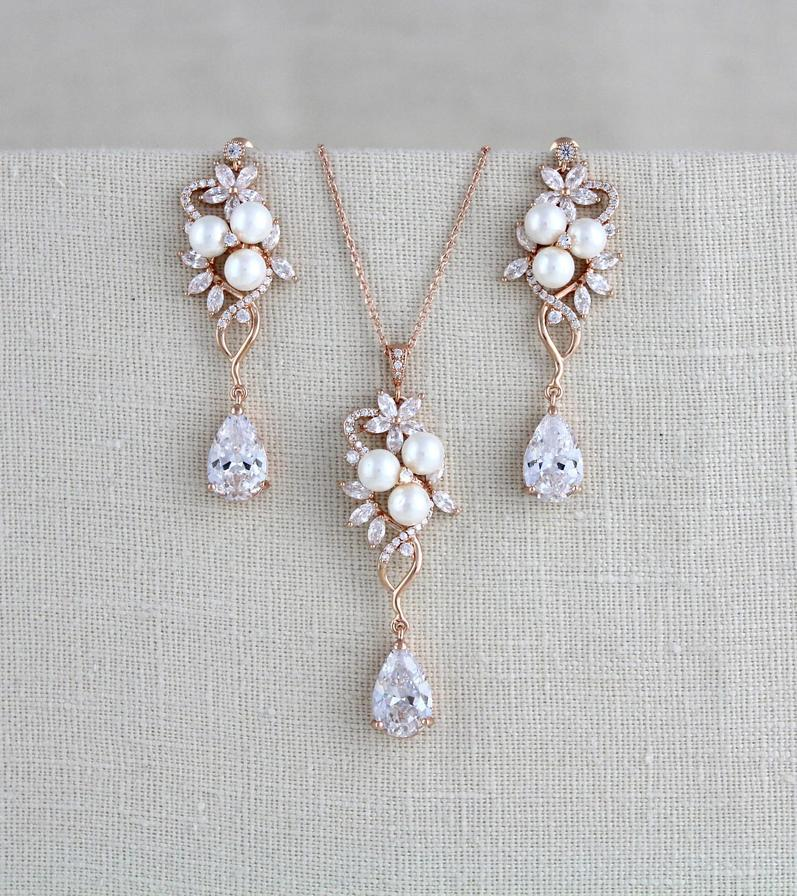 This rose gold bridal necklace and earrings set brings together the best of the best: rose gold, a metal that is highly appreciated
