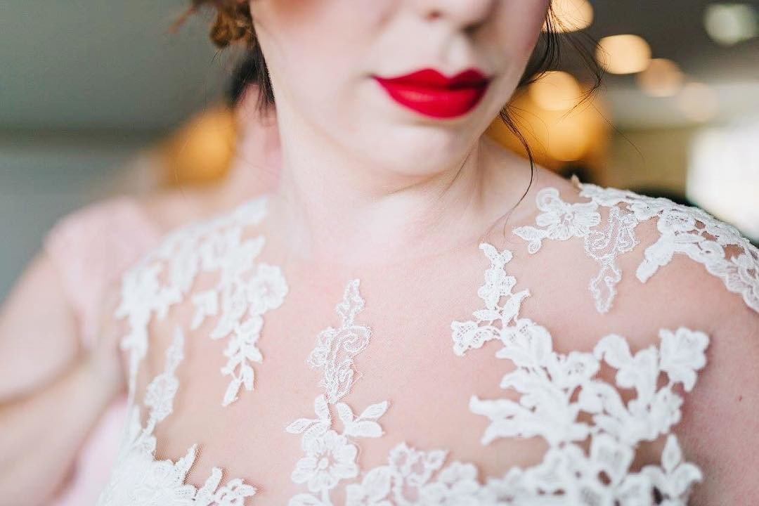 Flash back to 2017 when Justine wore that lace and red lip! Two of my favorite things!