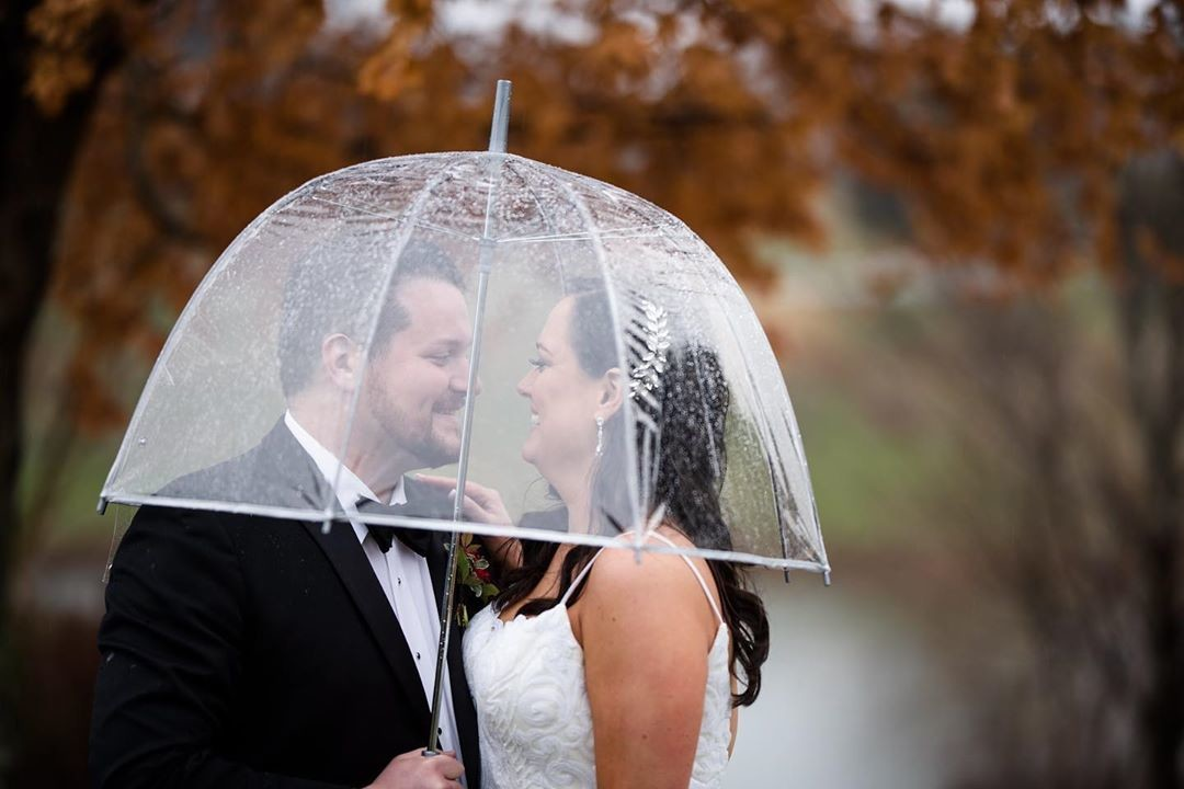 Nothing wrong with rain on your wedding day when you get cute pictures like this! 🌦️⠀⠀