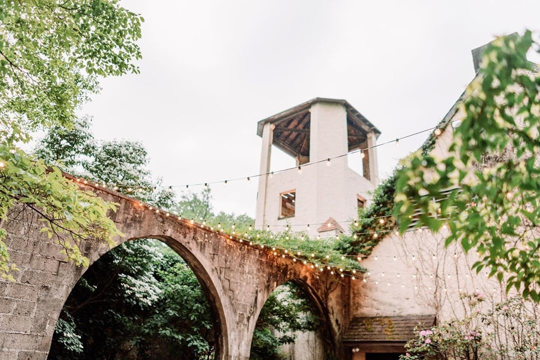 We have so many favorite wedding venues and this is one of them! I love this outdoor space so much. We ❤️ you,