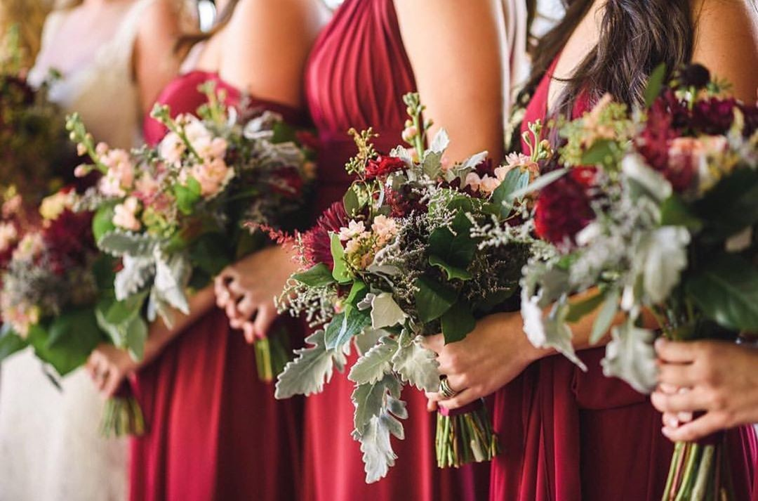 Burgundy flowers & happily ever afters.💐 Obsessed with this bride's use of moody florals, gorgeous greenery, & wine-colored