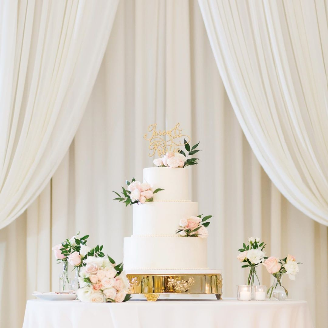 Everything's better with CAKE, especially ones this gorgeous. ✨ Loved the symmetry of Kristie and Jason's clean and modern cake against