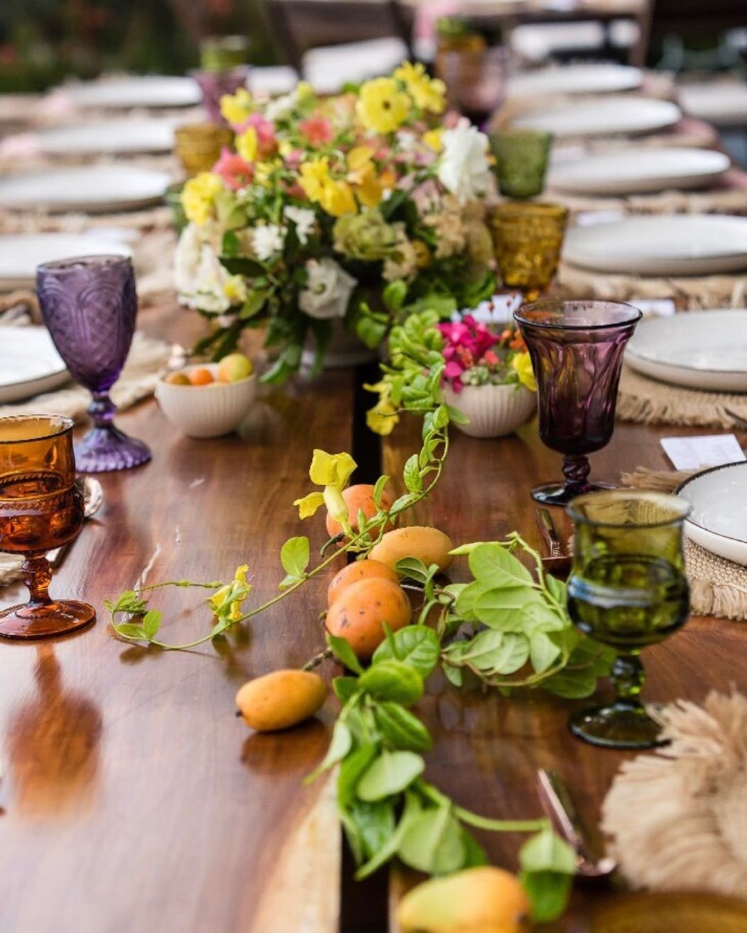 Love mixing flowers, fruits, textures and colors, still swooning over this 💕